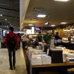 Im Kyobo Bookshop (nahe dem Wasserlauf).