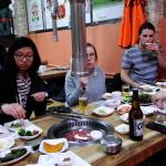 Korean BBQ: viele Beilagen und Fleisch.