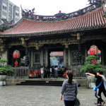 Vor dem Longshan Tempel.