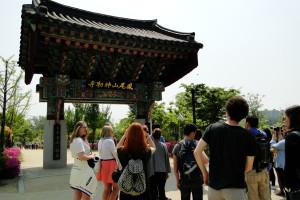 Am Eingang des Silleuksa Tempels.