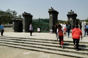 Beim Grabmal von König Sejong.