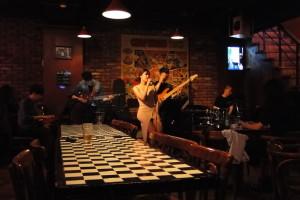 In einer Jazzbar in Hongdae.