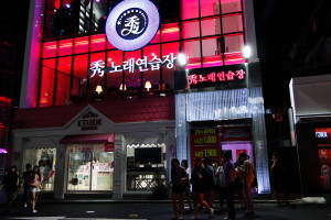 Ein mehrstöckiges Karaoke-Haus in Hongdae.