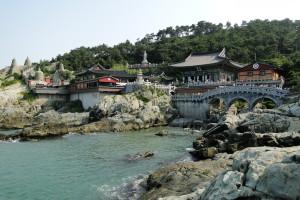 Haedong Yonggungsa liegt direkt neben dem Meer. :)