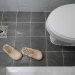 Weil es in Korea meist keine Duschtassen gibt, muss man im Bad eigene Schlapfen anziehen.