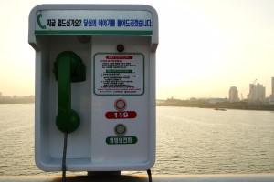 Ein Telefon auf einer Brücke über den Han River. Hotlines sollen (junge) Menschen vom Selbstmord abhalten.